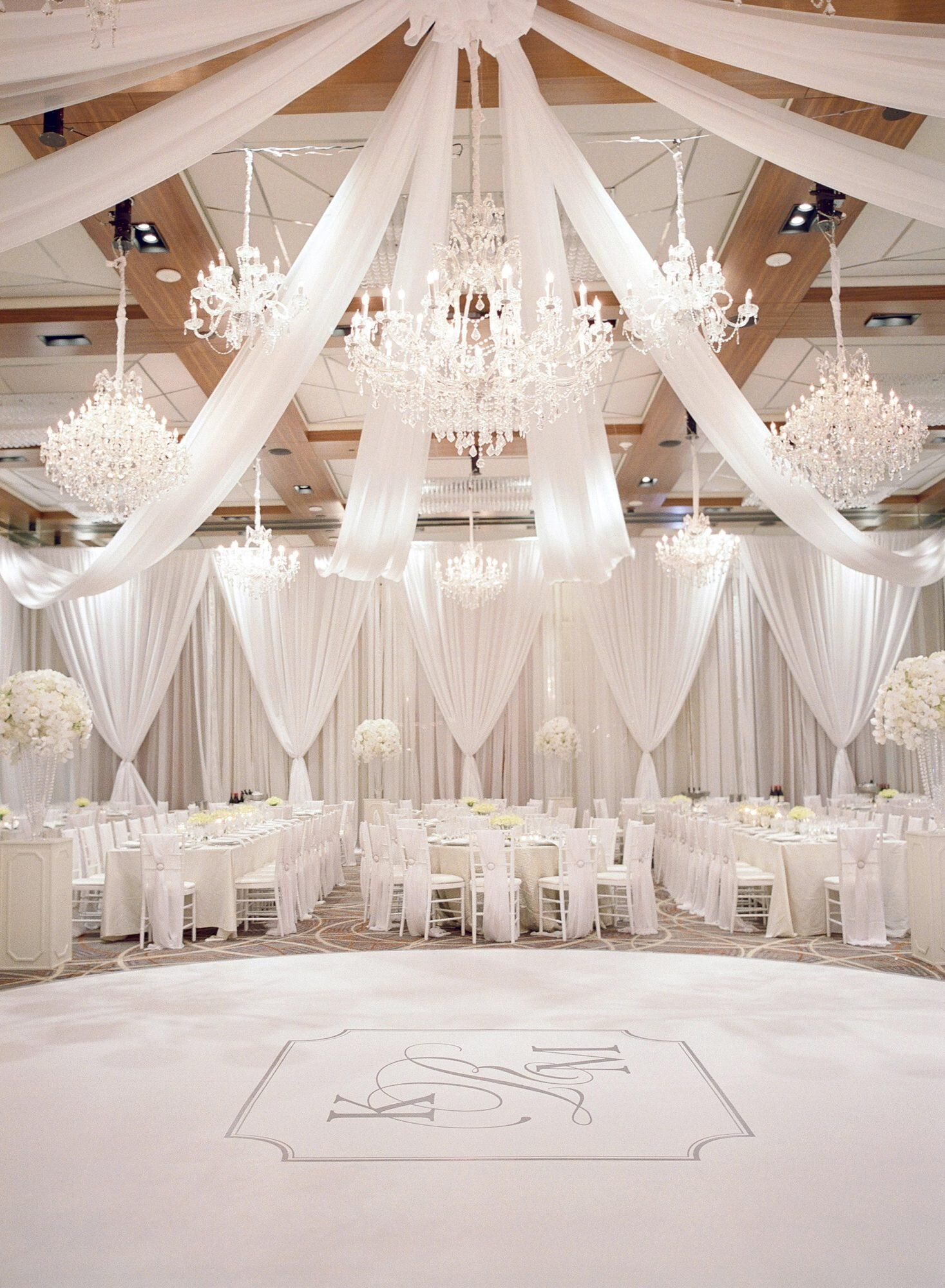 One Couple S Elegant Wedding In Baltimore Maryland Deco Mariage Blanc Deco Plafond Mariage Salle De Reception Mariage