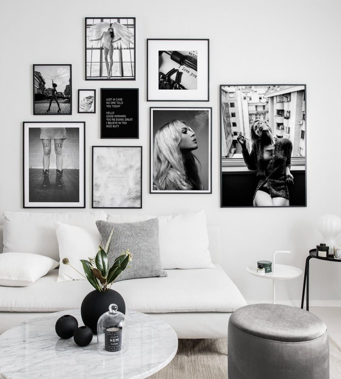 Gallery wall with black and white fashion posters en 20  Idee