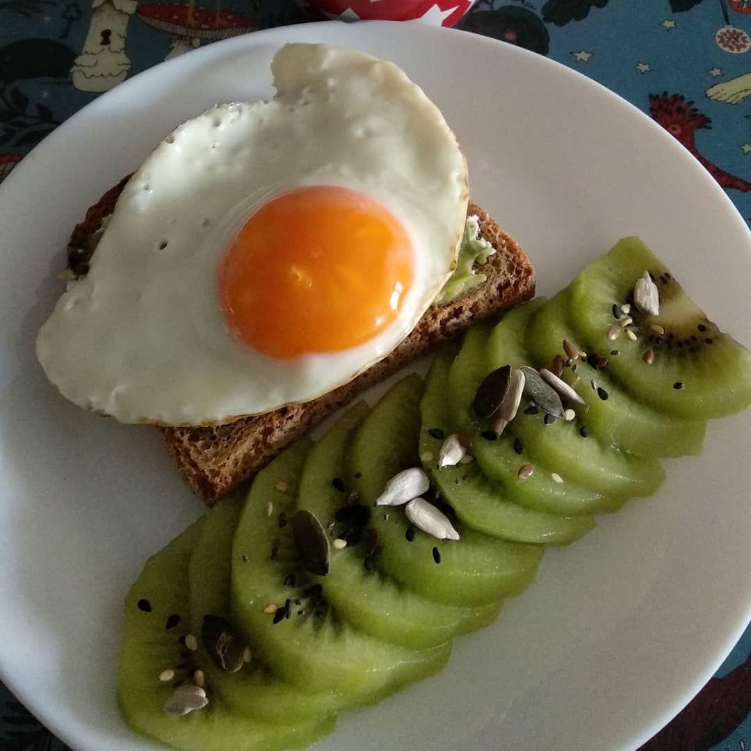 Buenos días 😍 Tostada con aguacate y huevo a la plancha rico rico  Kiwi zespri 😋