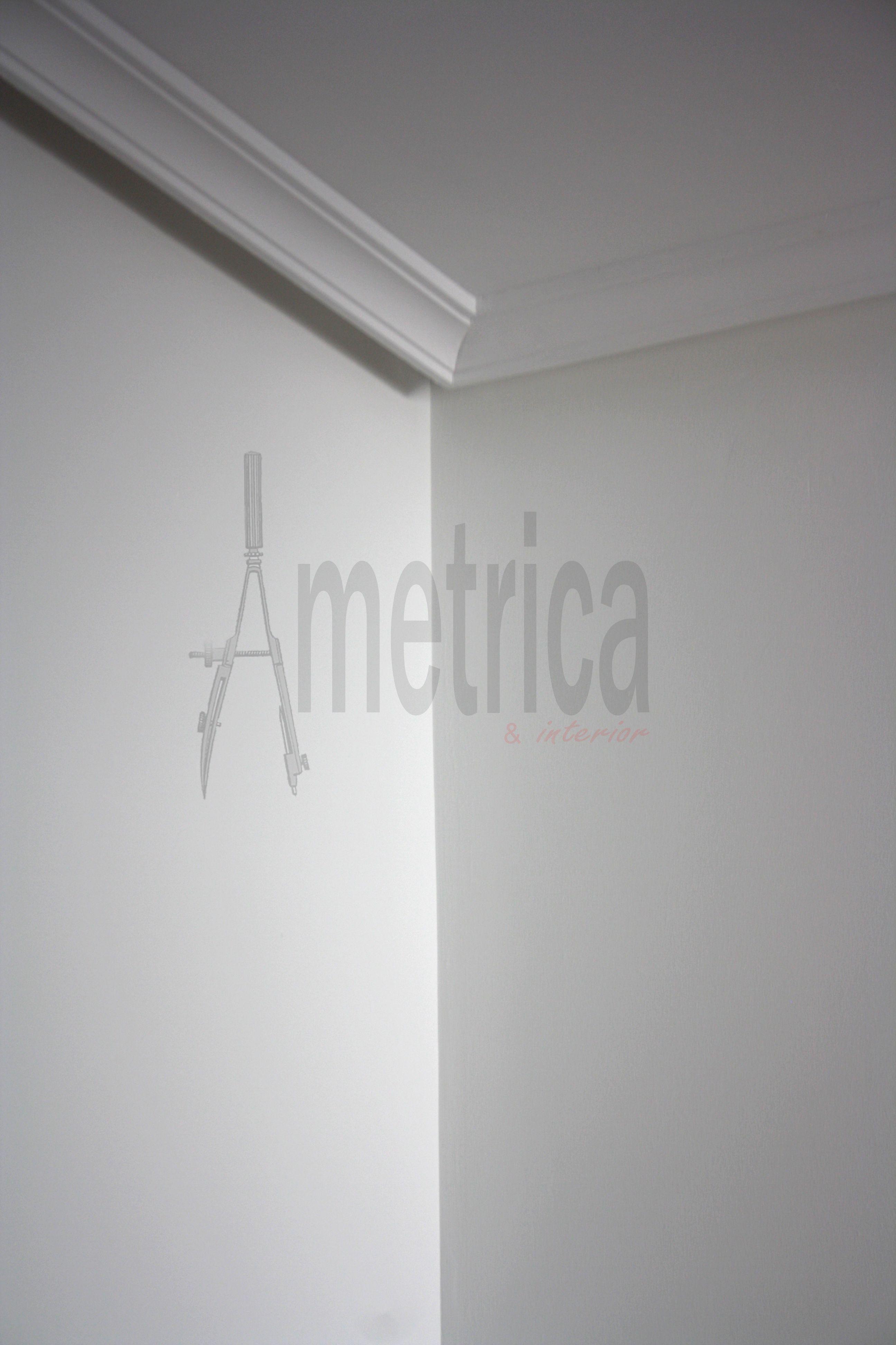 Detalle de pintura en liso moldura de escayola y falso for Molduras para techo