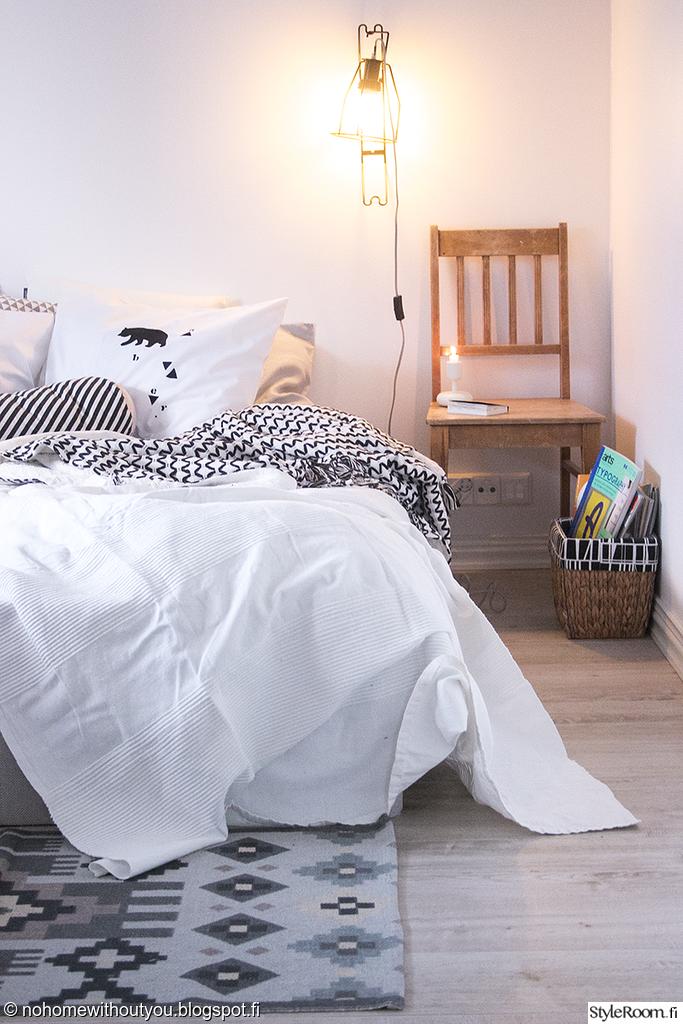 """Jäsenen """"Nohomewithoutyou"""" lampun valossa kelpaisi lueskella! Tyynykasat takaisivat pehmeyden. #styleroom #inspiroivakoti #makuuhuone"""