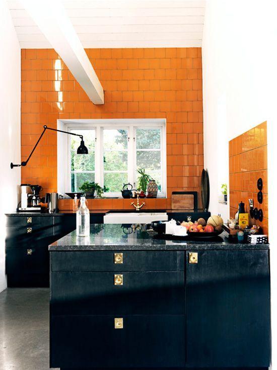 On Aime Beaucoup Le Carrelage Orange Les Meubles Noir Et Les