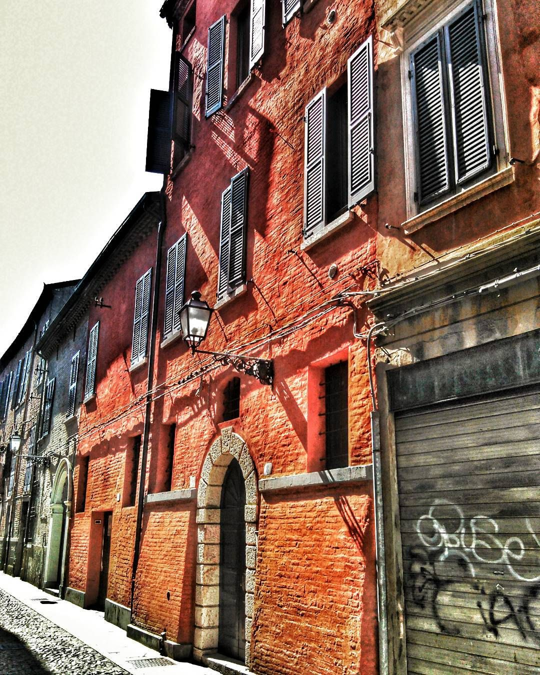 Ferrara via Cavedone #sole #luce#cittamedioevale#igersferrara #Ig_ferrara #vivoferrara #comunediferrara #turismoer #myferrara #vivodiparticolari #going_into_details #italian_photo_lovers #lovesmadeinitaly #volgoitalia #borghitalia #instagramers #volgoferrara #ptk_italy #kings_vilages #clikitaly by mariolinabeltrami