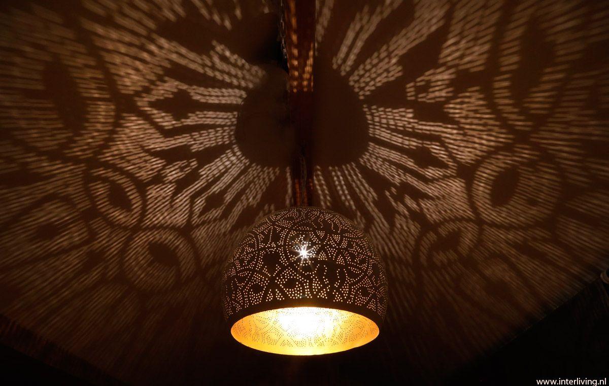 Pendant oriental design gold look inside. Oosterse filigrain hanglamp witte bol met gouden binnenkant