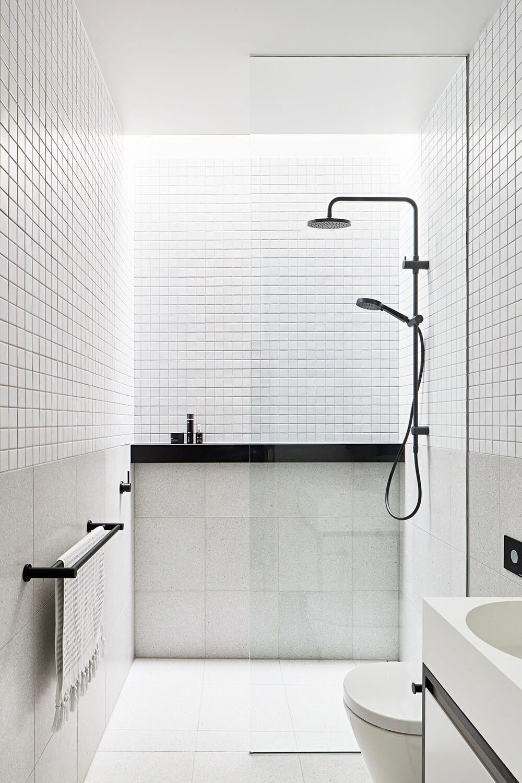 A Monochromatic Bathroom With Black Details Concrete Conceal House By Tecture Design Contemporary Est L Badezimmer Einrichtung Minimalistisches Badezimmer