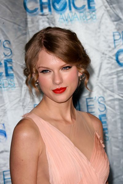 Taylor Swifts elegant, updo hairstyle