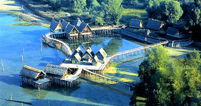 Un Village Neolithique Sur Palafittes Reconstitue Sur Le Lac De