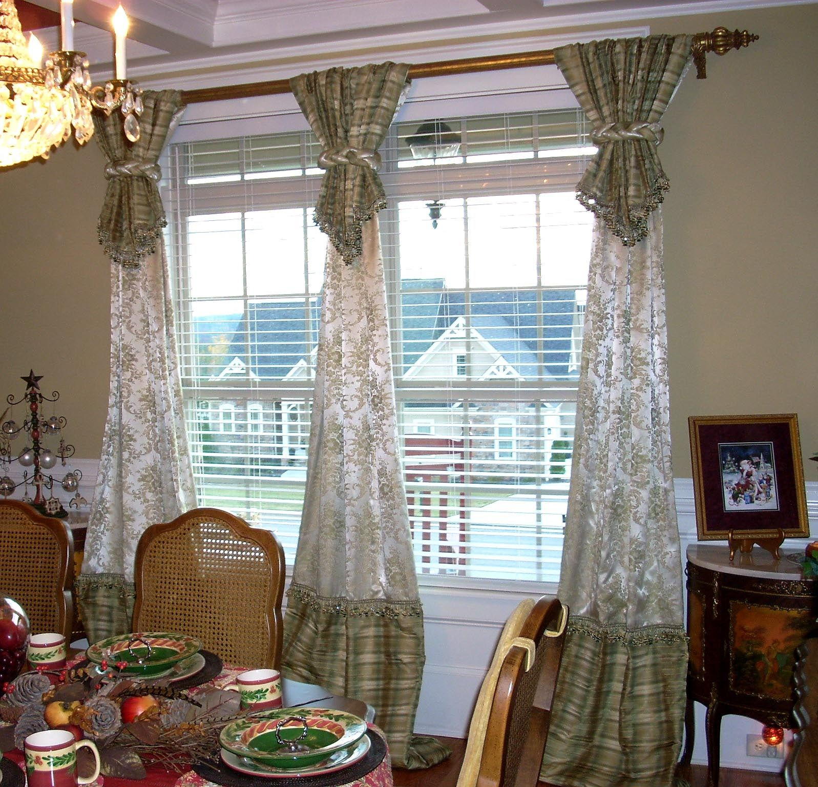 Dining room drapes design ideas breathtaking dining room for Window treatments for bay windows in dining room