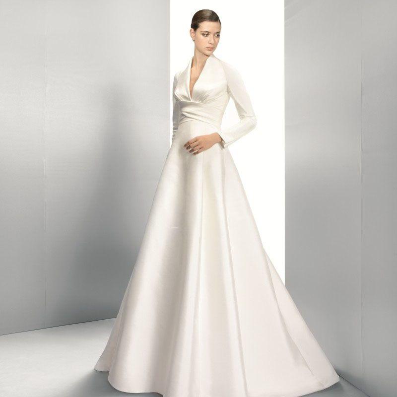 ROBE JESUS PEIRO 3028 , pour la mariée qui souhaite être couverte tout en  étant élégante , forme empire boutonnée dos avec manches longues existe aus.