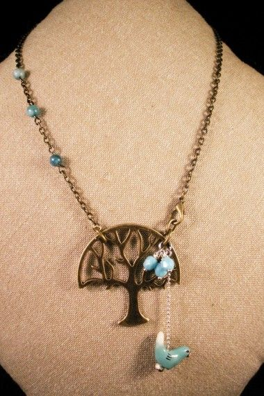 Sautoir L'Arbre de vie - La Chouette Coquette -  Arbre couleur bronze, perles en turquoise et pendentif oiseau en porcelaine bleu pour ce sautoir qui nous donne un avant goût du Printemps! Parfait pour vos tenues plus légère comme celles d'hiver, ce sautoir est fait pour vous!