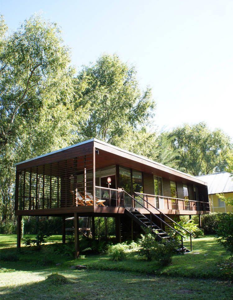 Casa para dos en el tigre buenos aires argentina for Modern house on stilts