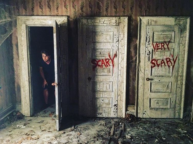 Bill And Richie Obviously Chose The Not Scary Door In Movie Haha ホラー映画 ホラー 映画