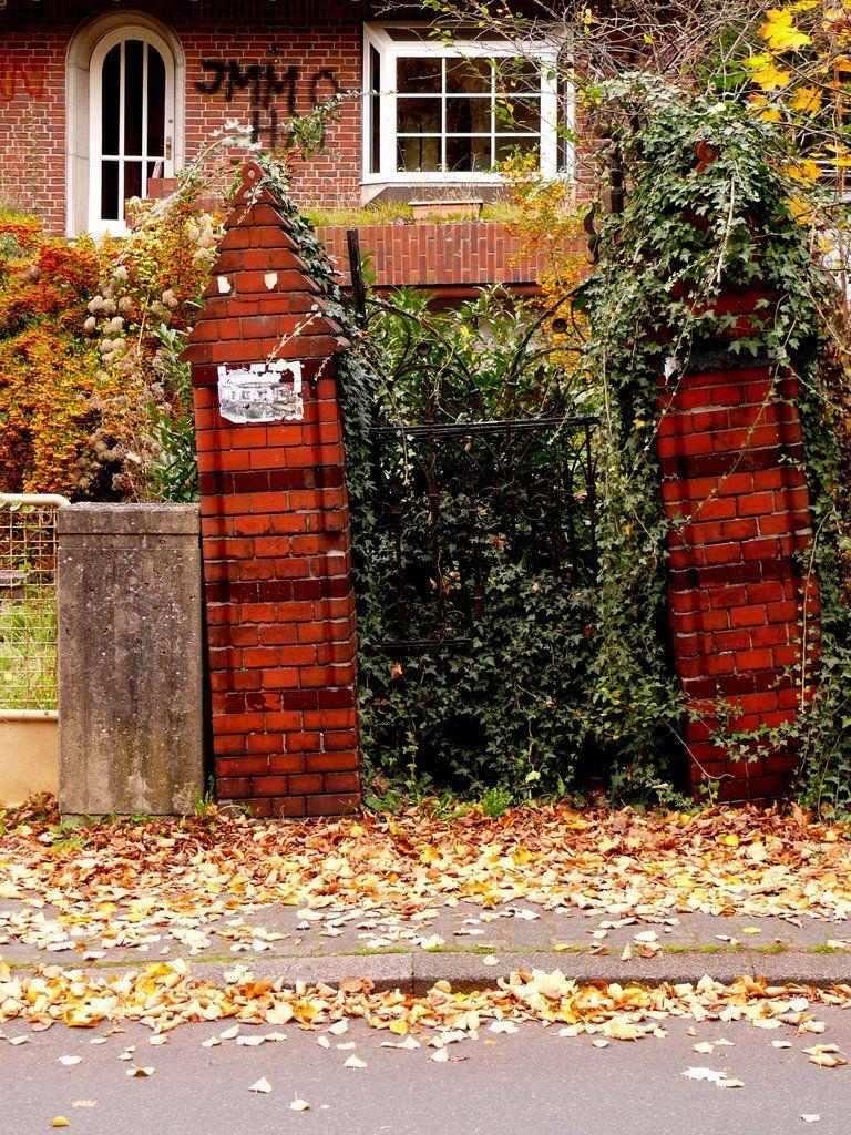 """2008 Lüneburg - """"Das Tor zur Unterwelt!"""" So die amtliche Bezeichnung für dieses Tor aus dem Jahre 1898. Durch Senkungsschäden steht es so schief.  (Robert elch / Panoramio) ☺"""