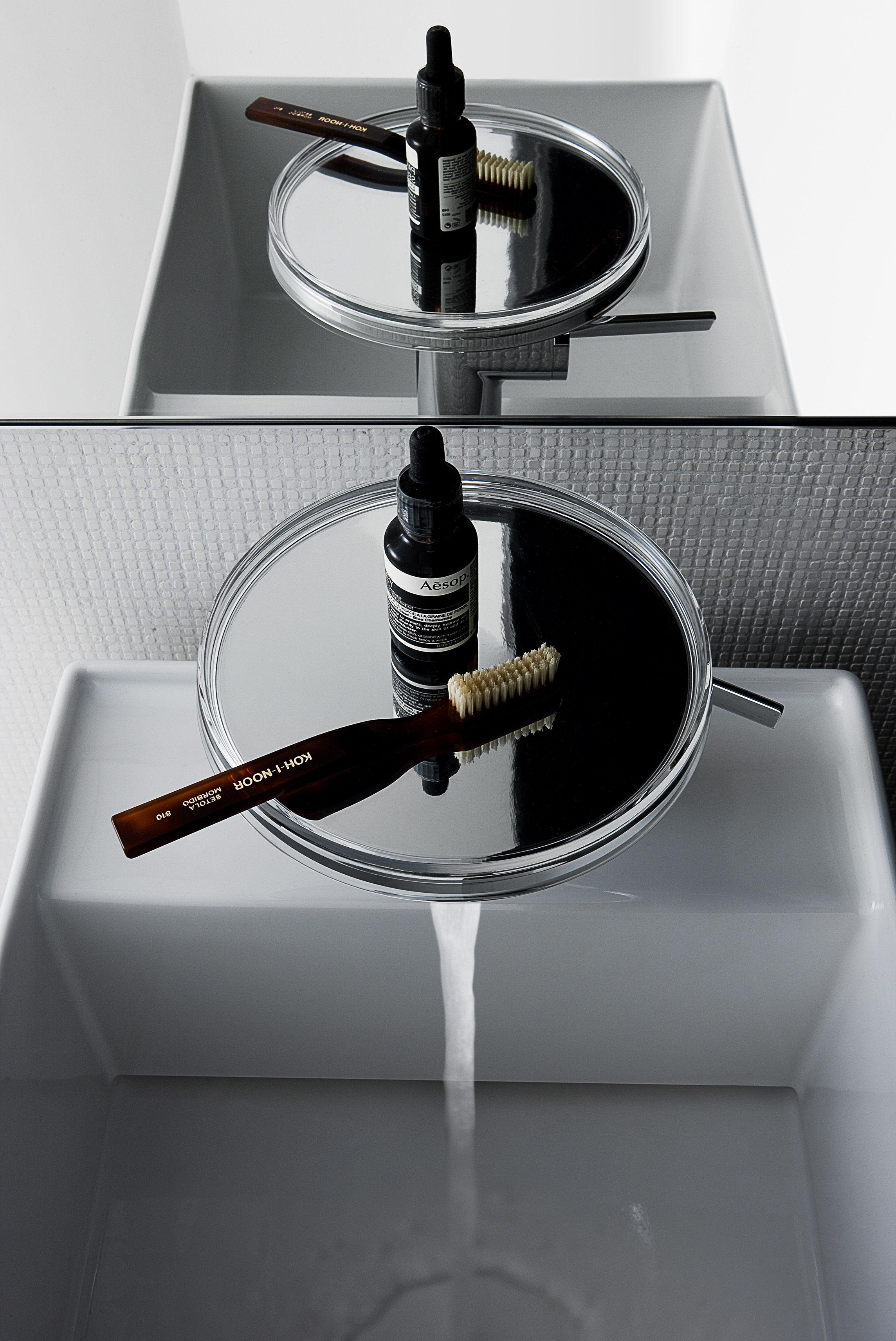 kartell salle de bain salle de bain Kartell by Laufen. Gros plan sur le mitigeur de lavabo avec  disue en polycarbonate. Design Roberto Palomba
