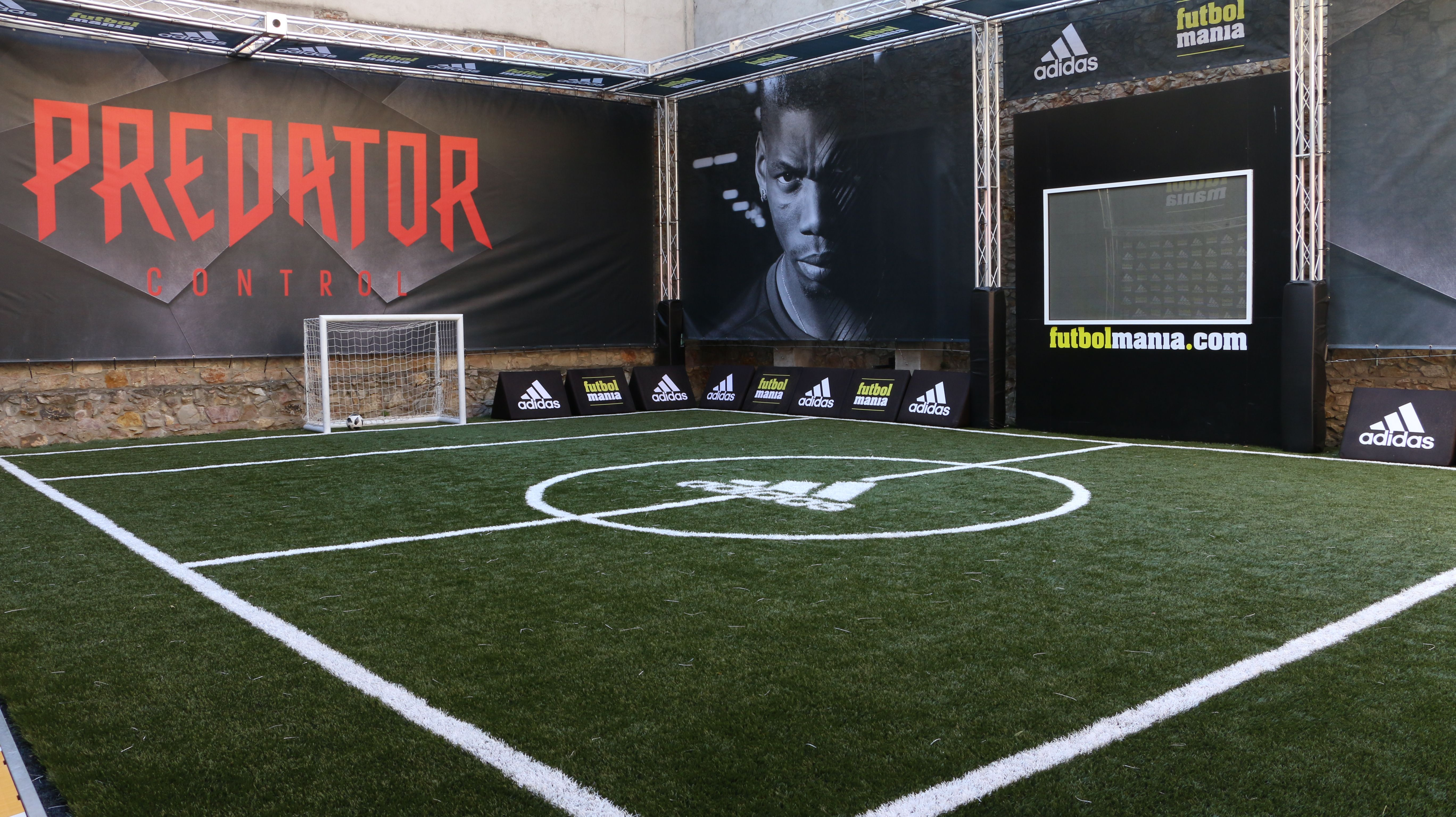 Campo de fútbol de césped artificial. Prueba aquí tus nuevas botas adidas.  Foto  2fe1083d4ac99