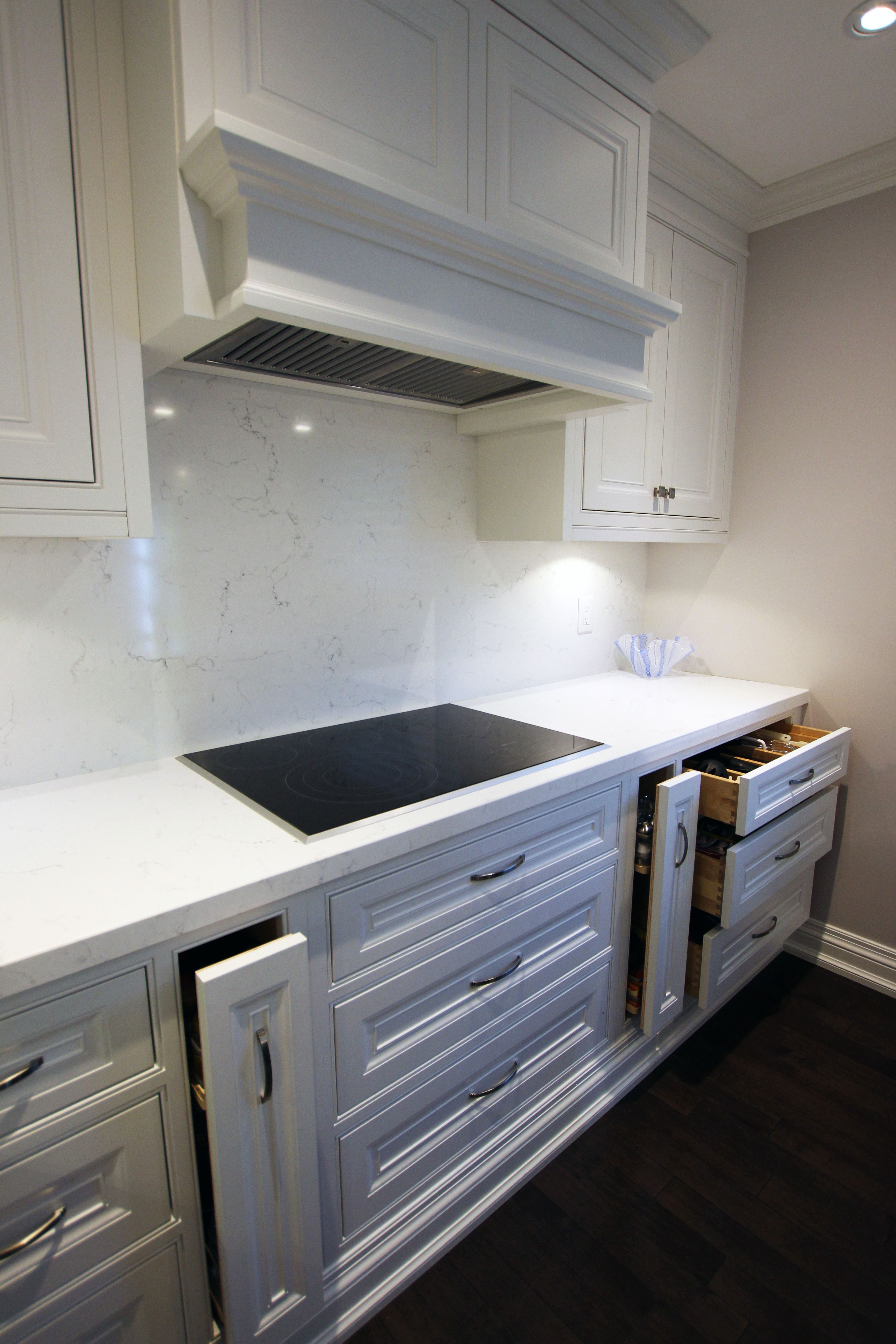 Custom Made Solid Wood Painted Kitchen Cabinets Solid Maple Dovetail Drawers And Soft Close Hi White Glazed Cabinets White Kitchen Quartz White Modern Kitchen