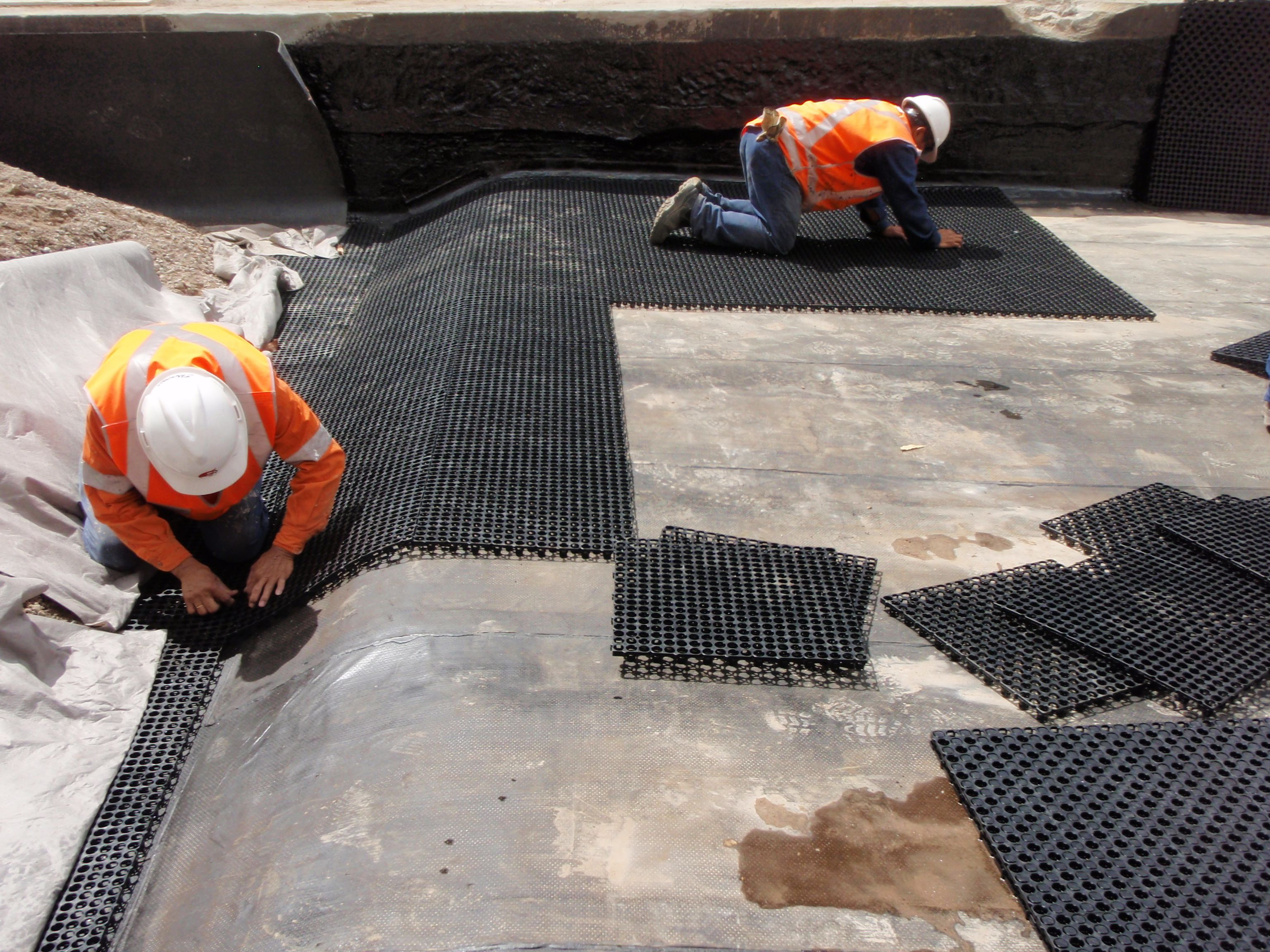What is VersiFlexTM  VersiFlex is an efficient drainage cell designed for use in planter boxes, roof gardens and retaining walls. VersiFlex offers architects and developers extensive design flexibility and has a wide range of applications in the landscape, building and construction industries.