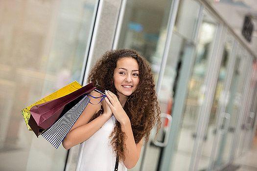 Conheça as desculpas que todas as mulheres inventam para comprar uma roupa nova. Nem sempre, uma nova roupa é tão necessária, mas as desculpas são incríveis