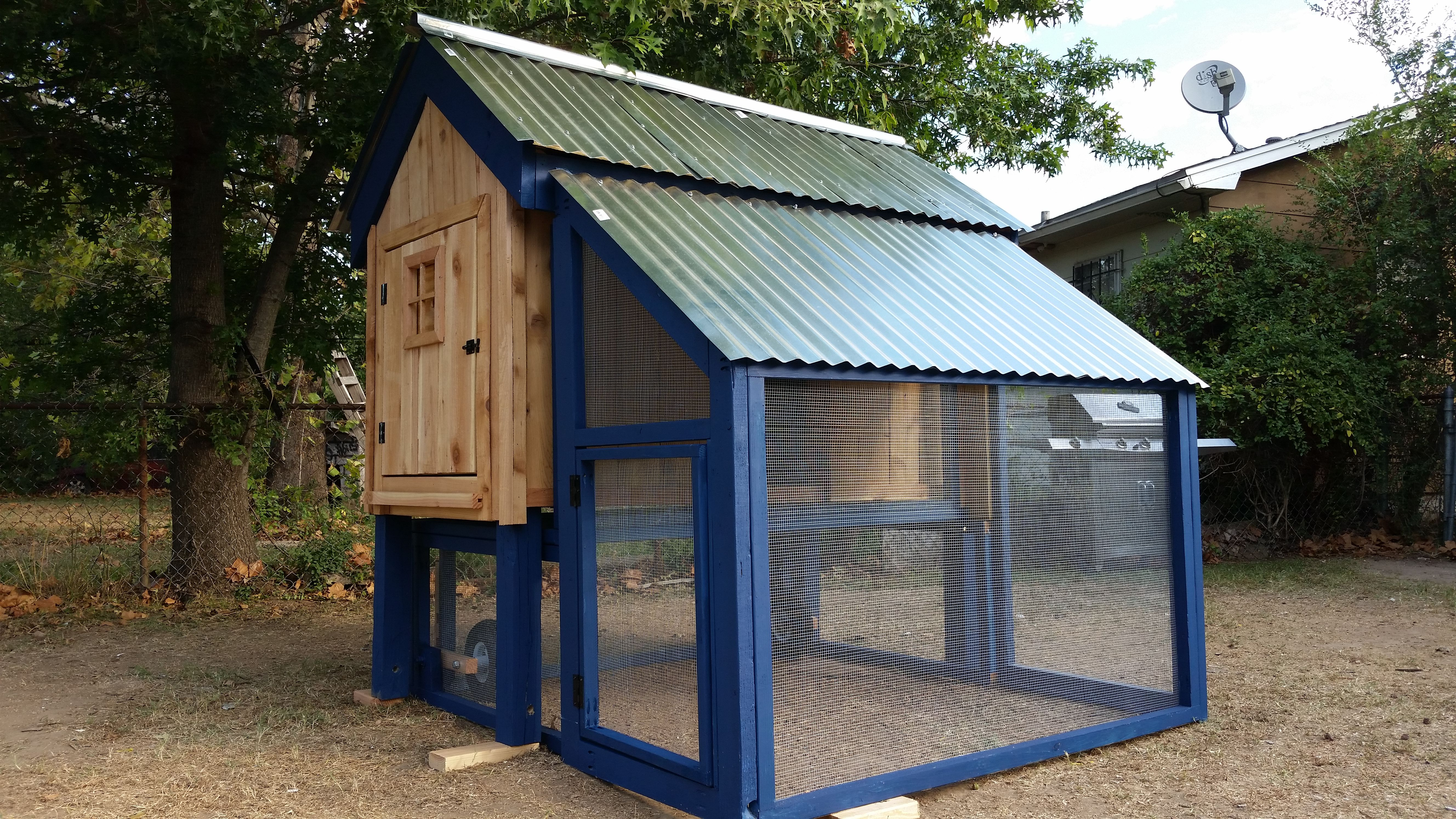 Fancy Chicken Coop Made For 6 Chickens Has Detachable Chicken Run With Retractable Tractor Wheels Beauti Fancy Chicken Coop Fancy Chickens Chicken Plating