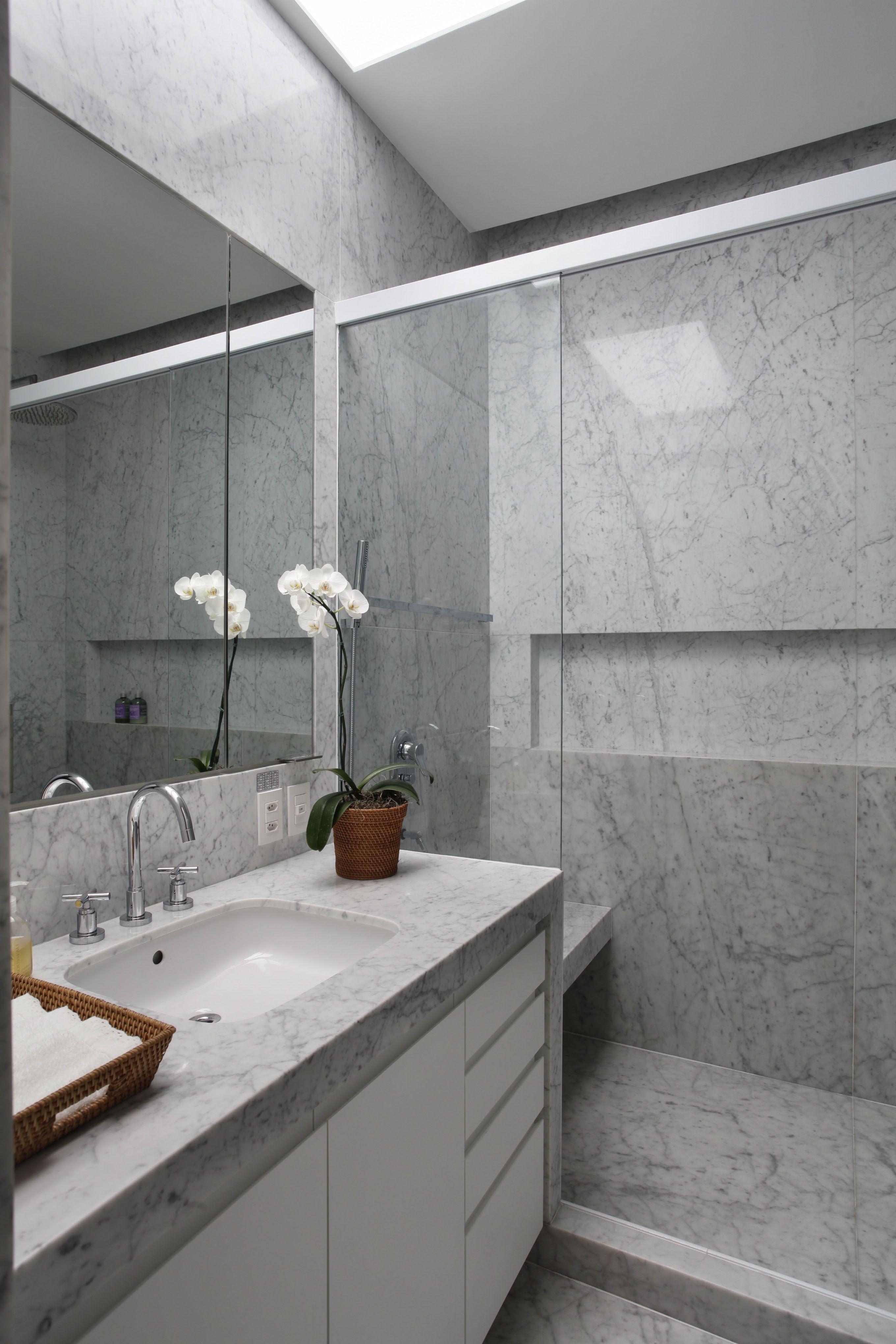 Muitas vezes Banheiro em mármore com nicho e banco no box, espelho com armário  VD42