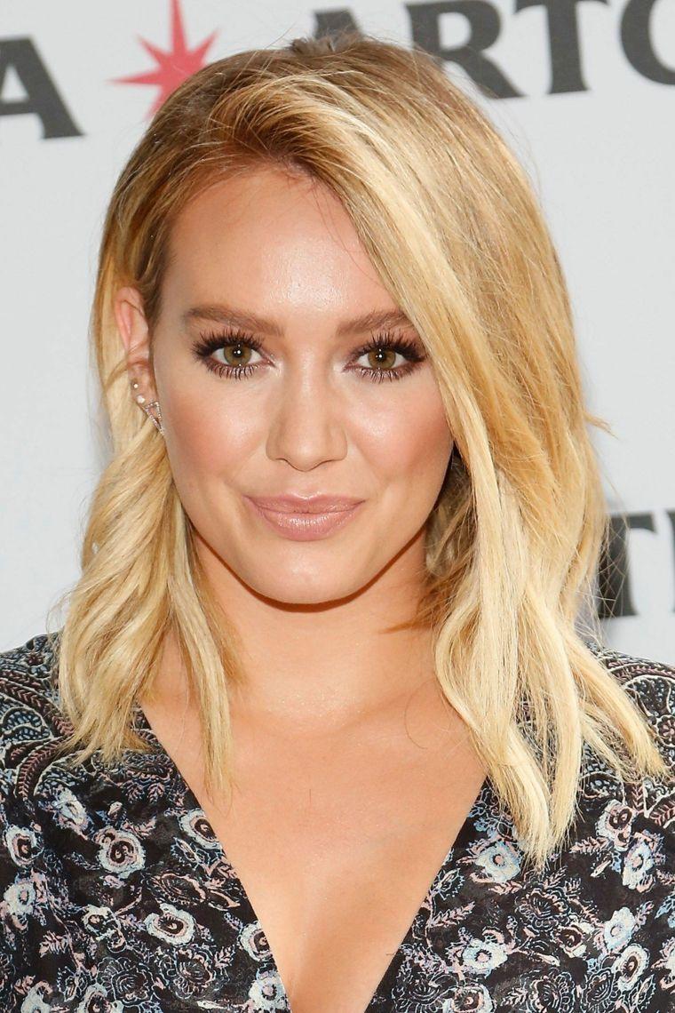 L acconciatura di capelli scalati lunghi e medi dell attrice e cantante  Hilary Duff 6a432924061c