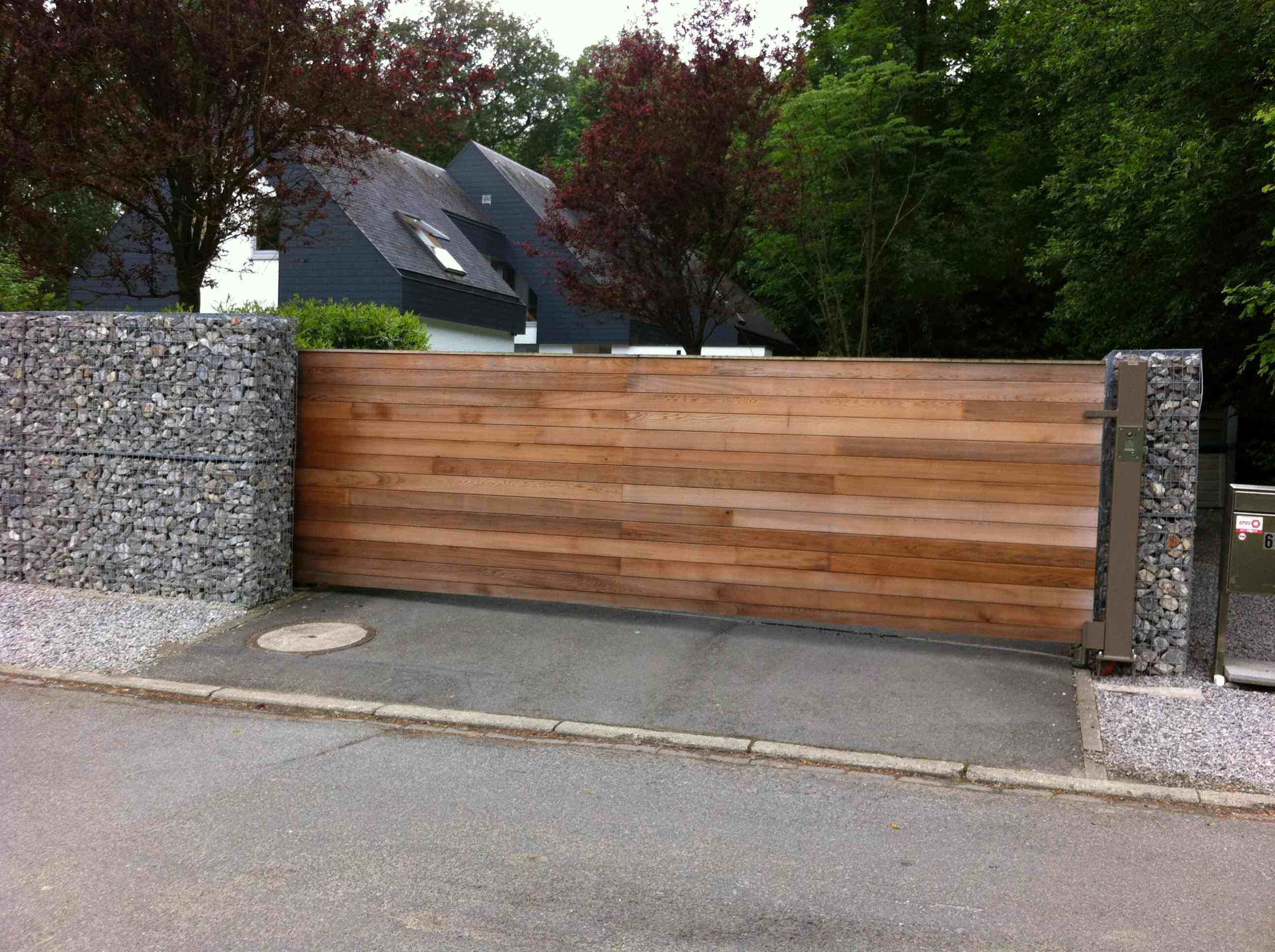 Portail auto portant c dre sur cadre acier tori portails for Portail bois jardin