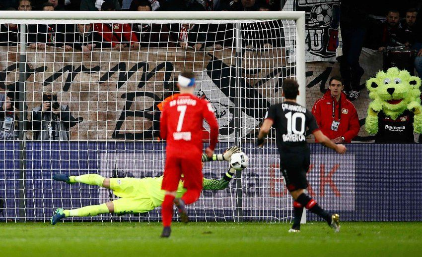 Leverkusen-Leipzig 2:3 - Elfmeter und Leverkusen? Passt nicht. In der 53. Minute scheiterte Hakan...