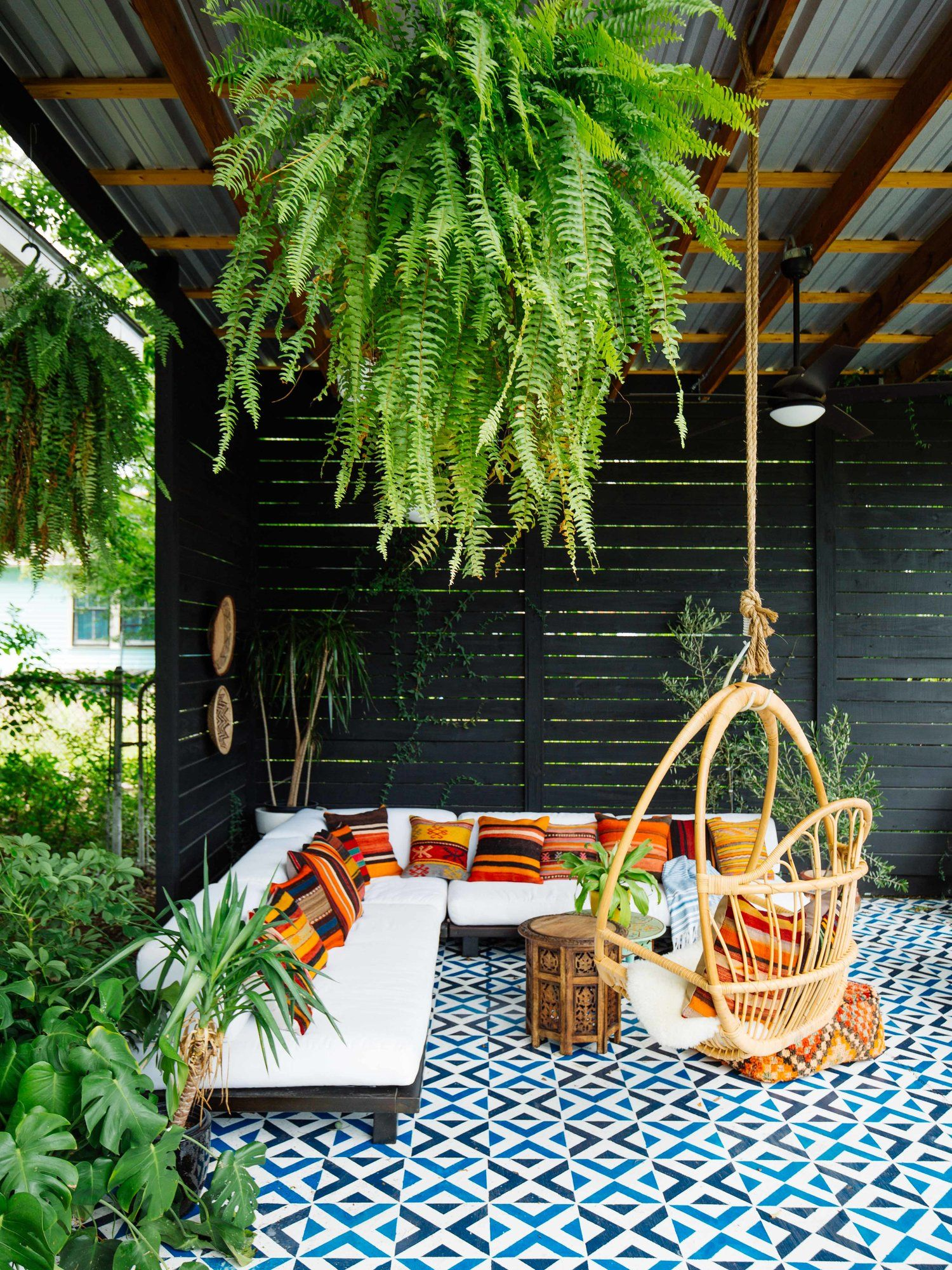 Our crazy colorful new orleans home tour arquitectura for Jardineria al aire libre casa pendiente