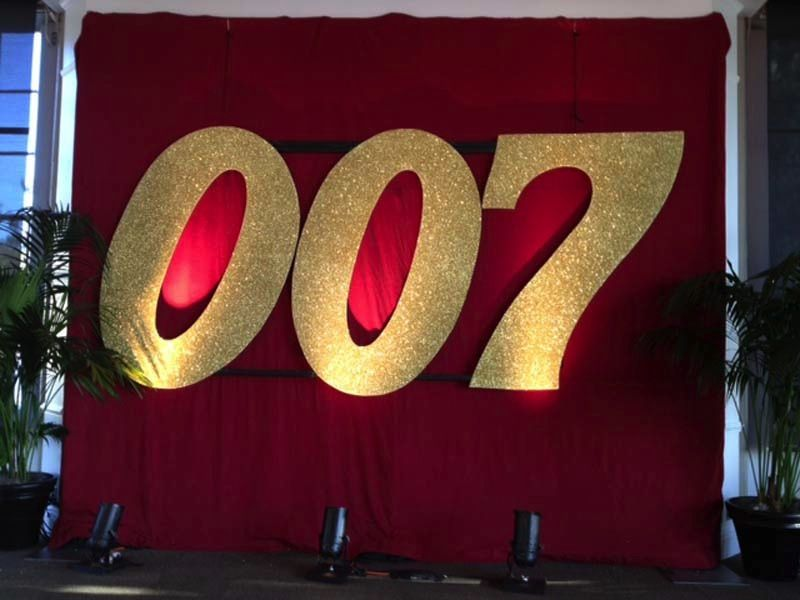 007 theme parties an evening with everyone s favorite spy is filled with sophisticated - James bond deko ...