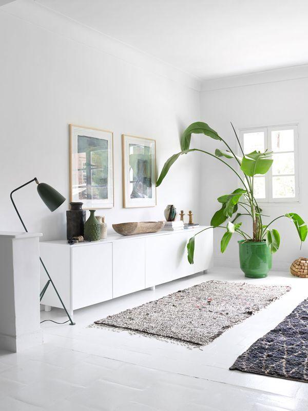grasshopper leuchte von gubi in typisch skandinavischem wohnzimmer, Wohnzimmer