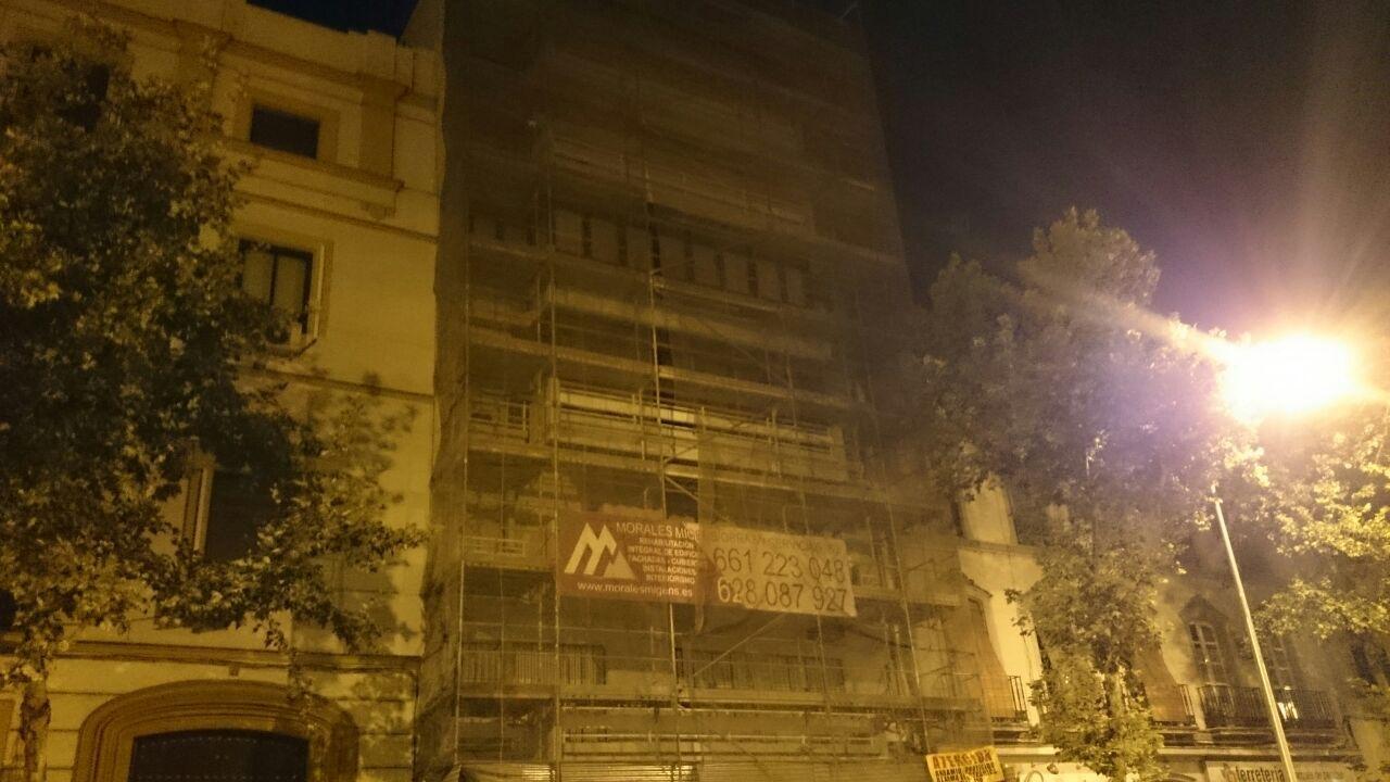 Rehabilitación de fachada en la calle Marqués de Paradas, Sevilla. Vista frontal nocturna