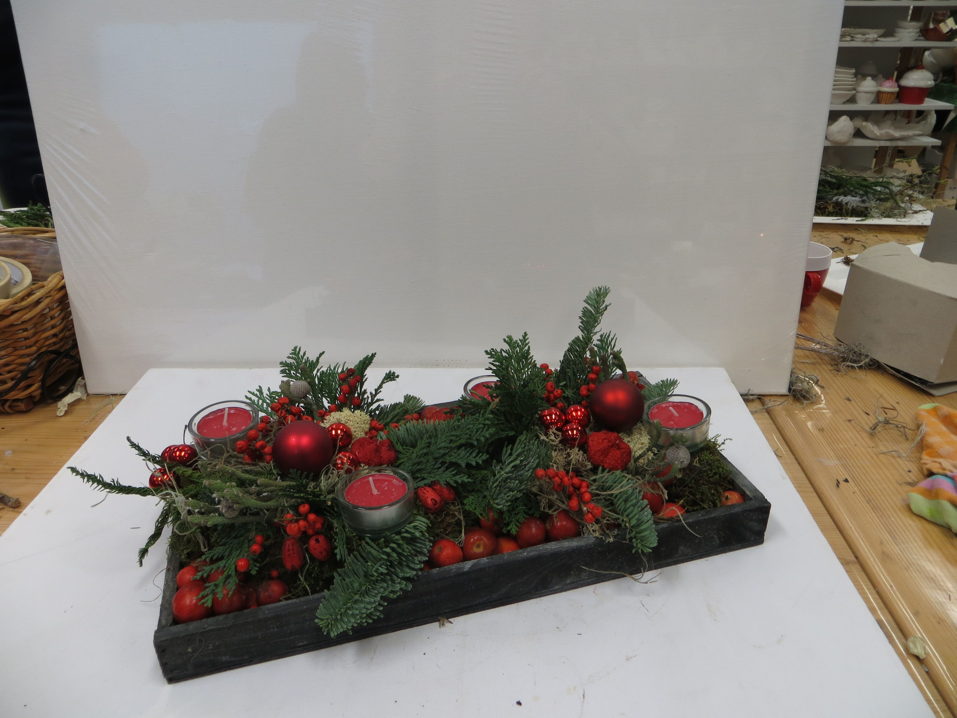 Kerst voorbeeld houten bakje gevuld met kerst appels en