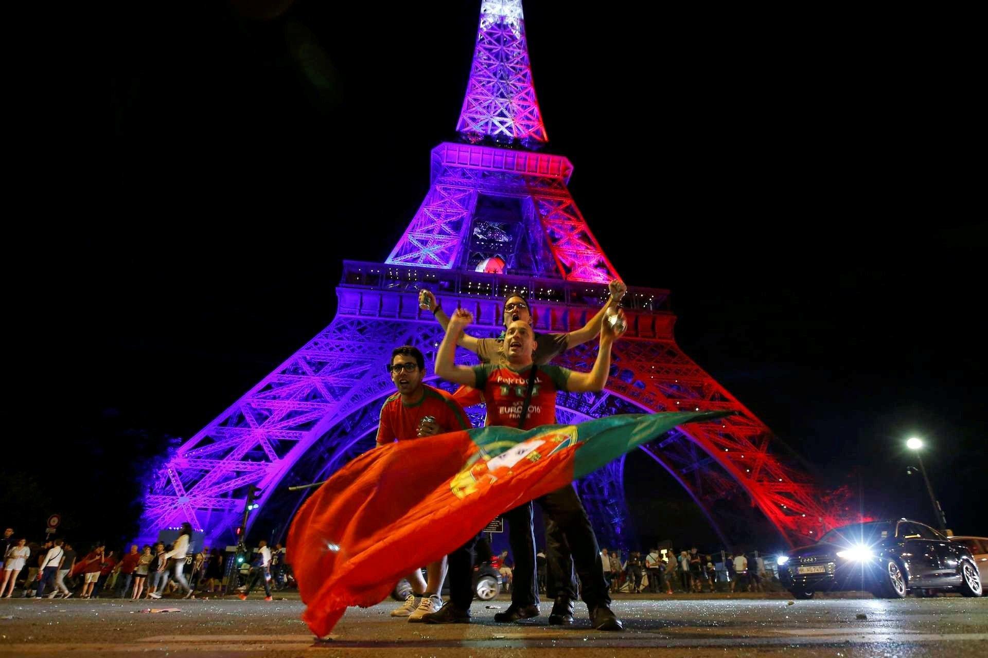 Euro2016 - Torre Eiffel iluminada com as cores francesas na noite da vitória de Portugal- ATITUDE HOSTIL DA FRANÇA