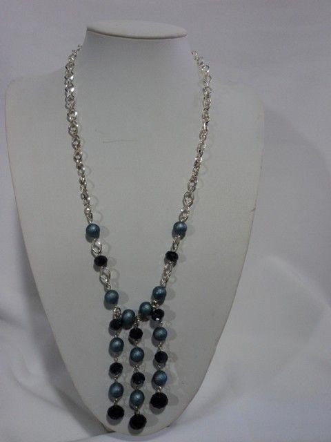 Hermoso collar de tres colgantes elaborado con perlas craqueladas, cristales facetados negros y ganchos de plata.