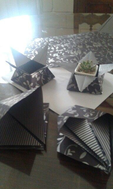 Cortamos cuadros de 20cm X20 cm y hacemos cajas basicas en origami