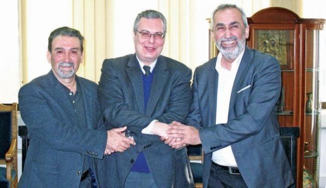 Από αριστερά: Αντώνης Παυλίδης, πρόεδρος Πανελλήνιου Συνδέσμου Ποντίων Εκπαιδευτικών, Αχιλλέας Ζαπράνης, πρύτανης Πανεπιστημίου Μακεδονίας, Αναστάσιος Οσιπίδης, πρόεδρος Ομοσπονδίας Συλλόγων Ελλήνων Ποντίων στην Ευρώπη
