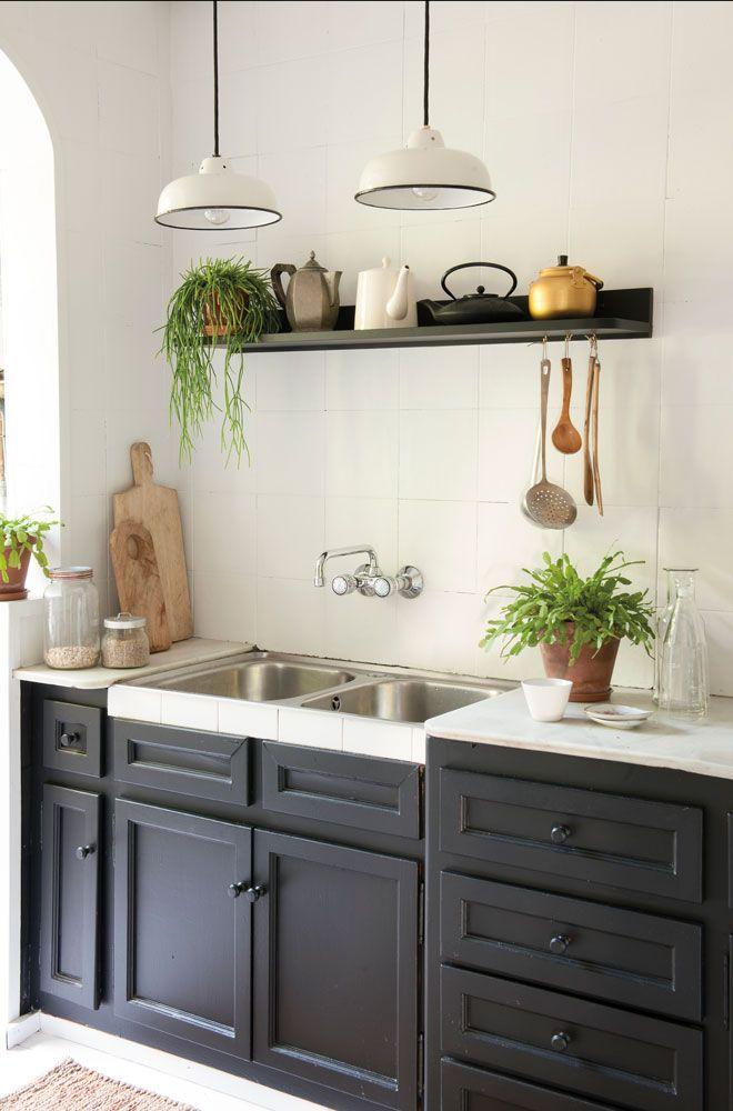 Cocina pintada de negro con balda y lámparas colgantes 00451213 ...