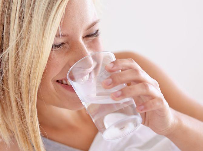Das passiert, wenn Sie morgens Wasser auf leeren Magen trinken   freundin.de