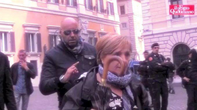 Sta facendoil giro della Reteil video in cui un uomo, presumibilmente un tutore dell'ordine pubblico, fa le corna a una parente delle vittime della strage di Viareggio! http://tuttacronaca.wordpress.com/2013/10/11/il-video-indigna-il-web-uomo-insulta-una-nonna-delle-vittime-della-strage-di-viareggio/