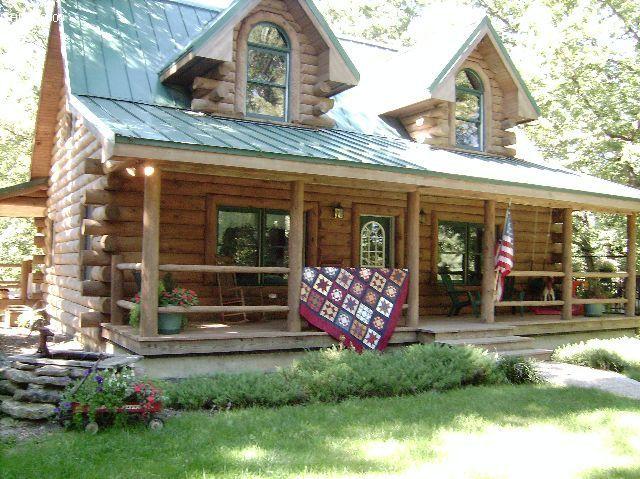 Case Di Tronchi Americane : Log cabin in the woods displaying the missouri star americana