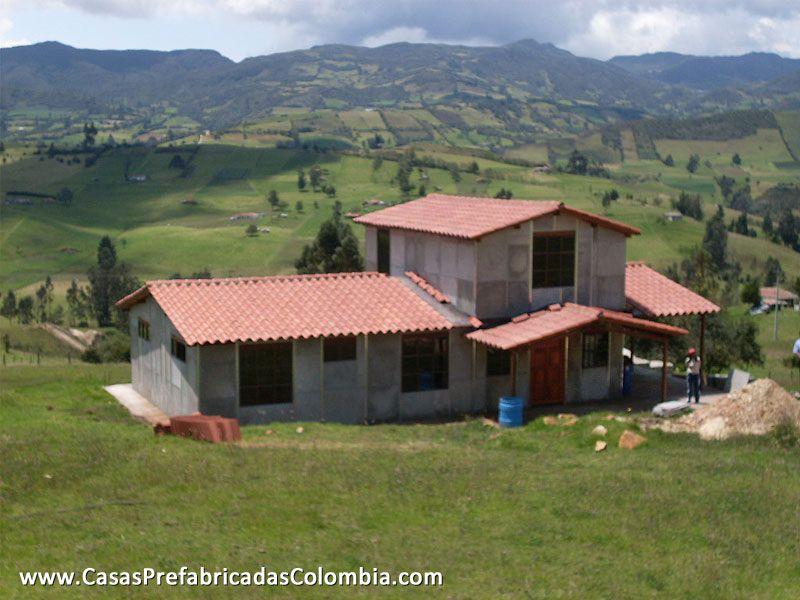 Casa en obra gris de dos niveles teja de barro puerta - Tejas para casas de madera ...