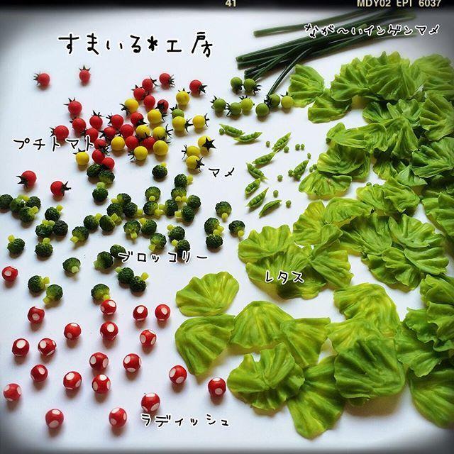 """* 付け合わせの野菜を大量生産中です(๑و•̀Δ•́)و * レタスだけで80枚あります^^; ラディッシュ、ブロッコリー、プチトマト3種類、マメ、なが〜いインゲンマメ(本物にはありません笑) * 集中力があって結局良いペースで作れました( ´罒`*)✧"""" 次は、メインの食材作りです☻ * #ミニチュアフード #ミニチュア#Miniature #Miniaturefood #野菜 #Vegetables #clay"""