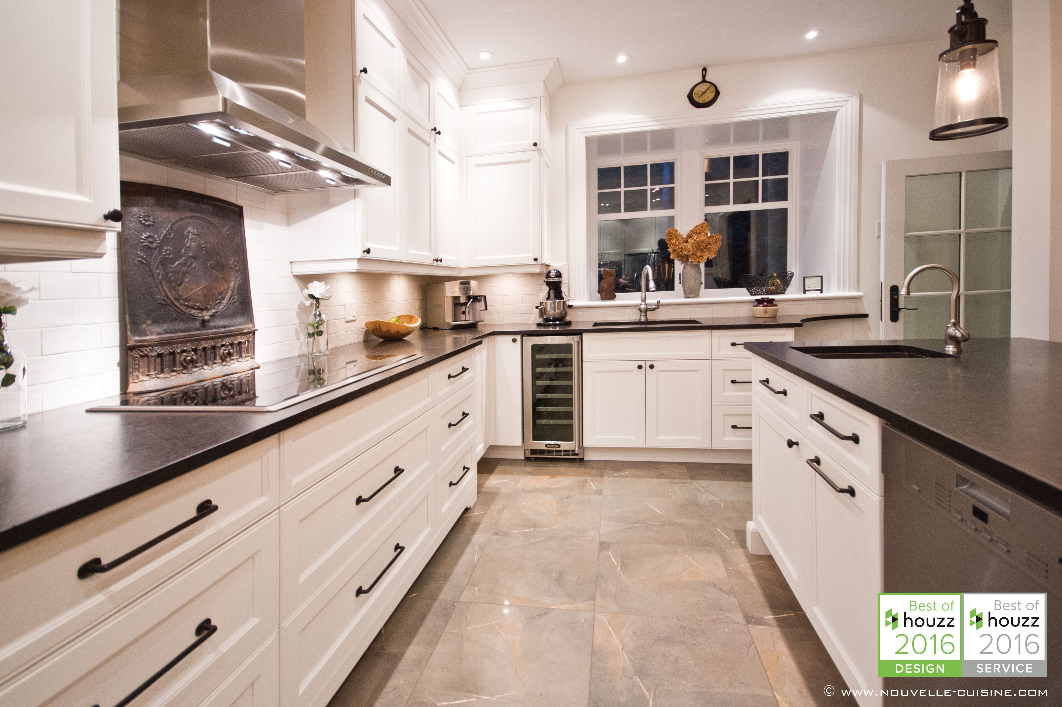 Shaker Style Kitchen With Lacquered Cabinets And Mat Granit Countertops Cuisine De Style Shaker Avec Armo Kitchen Cupboards Paint Kitchen Kitchen Cabinets