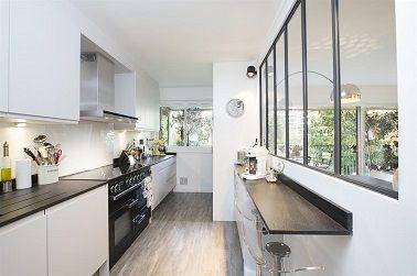Les meubles de cuisine hauts se disposent sur un seul pan - Cuisine sur un pan de mur ...