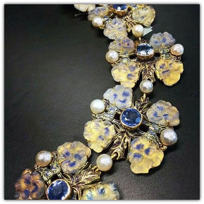 RENÉ LALIQUE | Detail - Art Nouveau Bracelet. Gold, sapphires, molded glass, enamel, pearls - ca 1900.