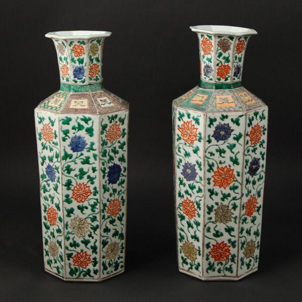 A & J Speelman Arte Oriental | archivo | Un par de <em> famille aumentó </ em> tarros balaustre y cubiertas