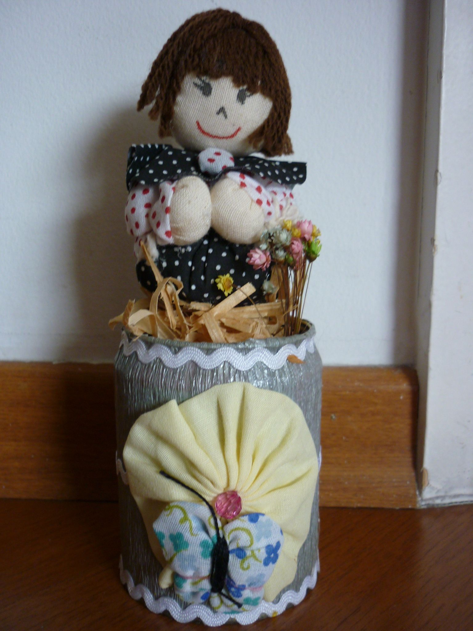 Boneca em fuxico na lata