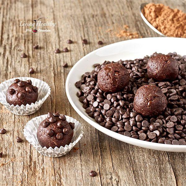 Chokolade Cookiedough  knap 2 dl mandelmel, 3 spsk kakao, 2 spsk kokos, 3 spsk kokosoliem 2 spsk kokosmælk (fed del), 4 spsk honning, 1 tsk vanlijeestrakt, 3 spsk chokoladestykker. Bland de våde og tørre ingredienser hver for sig og bland derefter sammen. Frys i ca. 20 min hvorefter dejen rulles til ca. 15 kugler og toppes med chokoladestykker.