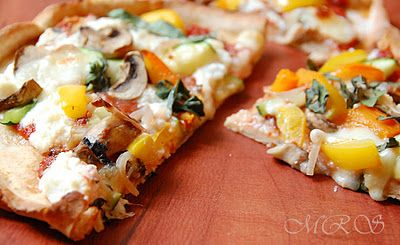 Yummy veggie topped pizza :) to be used with this marinara sauce: http://www.thehealthybites.com/2012/01/fire-roasted-tomato-marinara.html