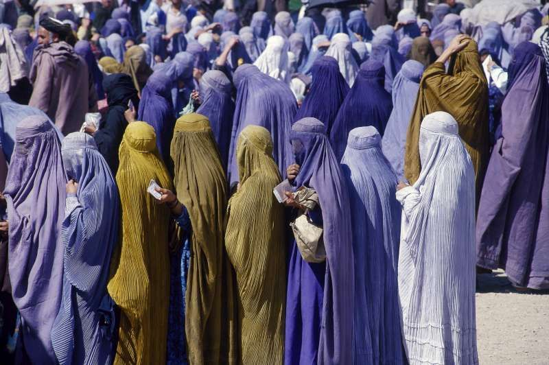 Afghan women lining up for food during the Taliban regime. ©  UNHCR/F.Pagetti | Women issues, Afghan, Women
